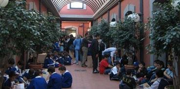 Cagliari, scolaresca all'ingresso della Biblioteca regionale